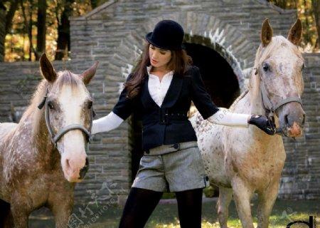 欧洲美女溜马图片