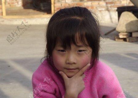 打poss的小女孩图片