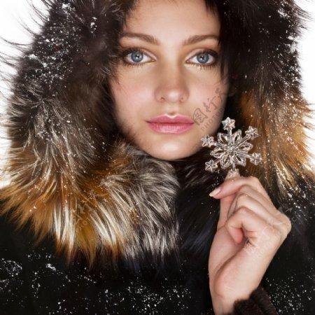 穿毛皮大衣的美女图片