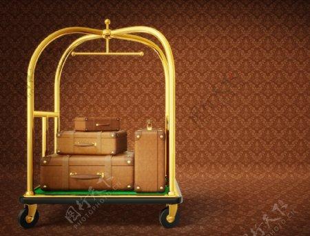 架子上不同型号的行李箱图片