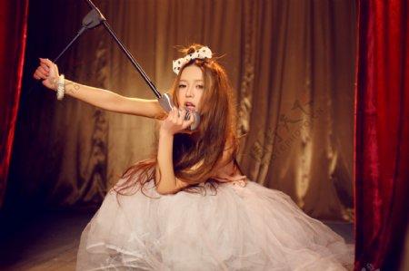 唱歌的美女图片