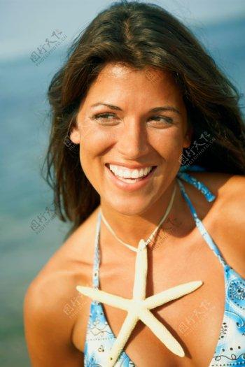 沙滩上的休闲比基尼美女图片