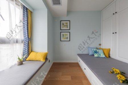 小型现代时尚卧室淡蓝色背景墙室内装修图