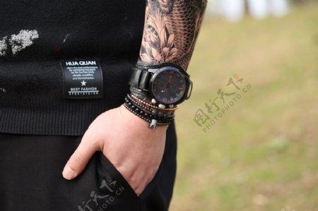 模特和男士时尚黑色腕表