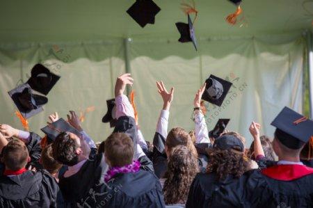 毕业典礼抛学士帽