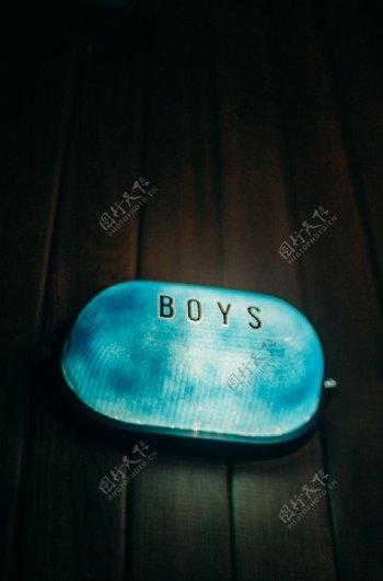 男生蓝色的灯