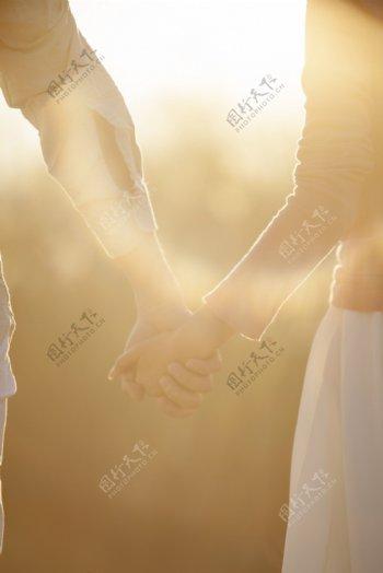 夕阳情侣牵手