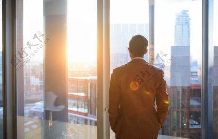 男人城市仰望背影