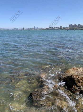 礁石海水蓝天城市图片