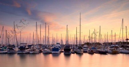 海边港口帆船天空风景图片