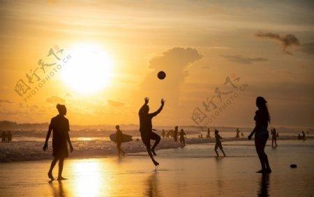 沙滩打排球图片
