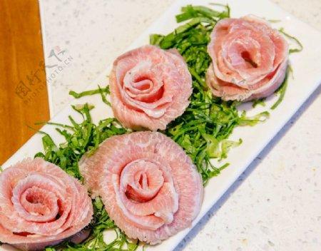 新鲜猪肉切薄片卷成花瓣形状图片