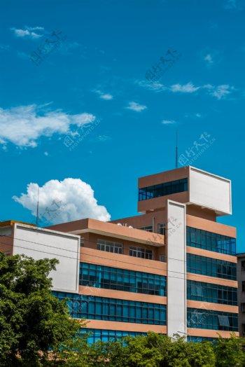 蓝天高楼白云图片