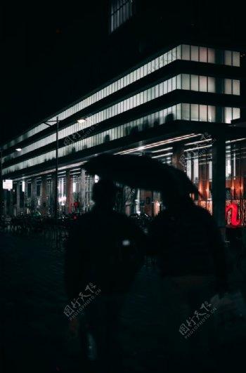 夜晚双人背影雨伞暗黑图片