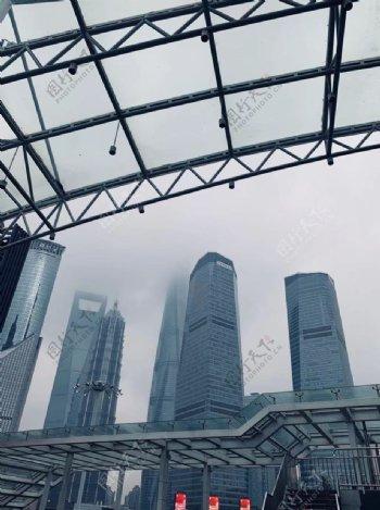 耸立云端的高楼图片