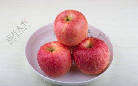 盘子里的苹果特写图片