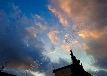 橘蓝天空图片