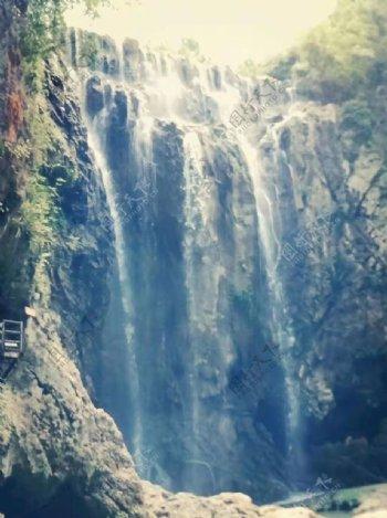 夏天的红果树小瀑布图片